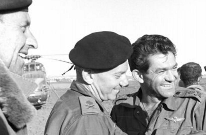 """אושר של ניצחון. דדו עם סגן הרמטכ""""ל חיים בר לב. משמאל: רמ""""ט פיקוד צפון אל""""מ דן לנר [צילום: ארכיון צה""""ל]"""
