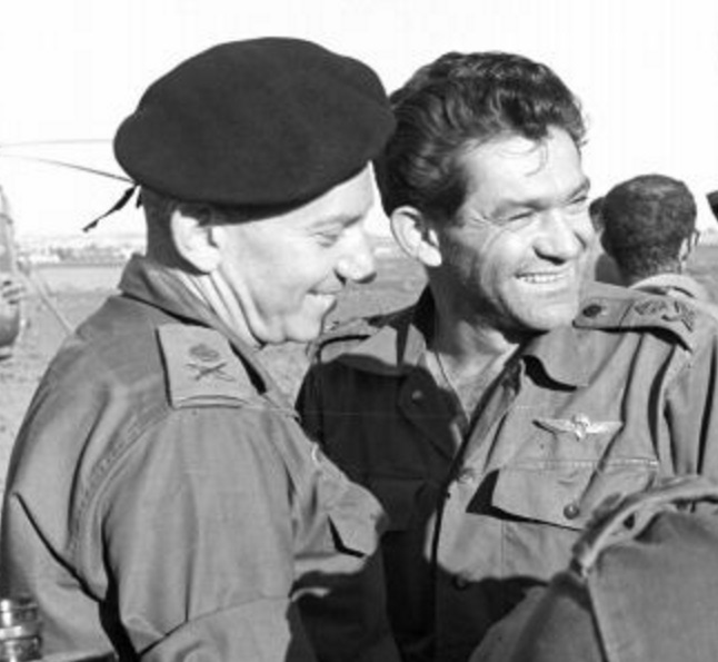 """חיים בר-לב חוגג עם דוד אלעזר את הניצחון בחזית הסורית [צילום: ארכיון צה""""ל]"""