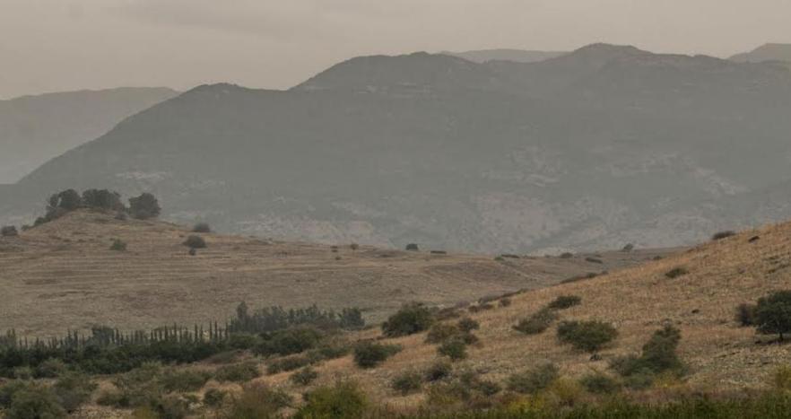 הרמה הסורית. משמאל: תל עזזיאת. איך מבקיעים את הרכס ההררי האדיר הזה? [צילום: יוסי עוז]