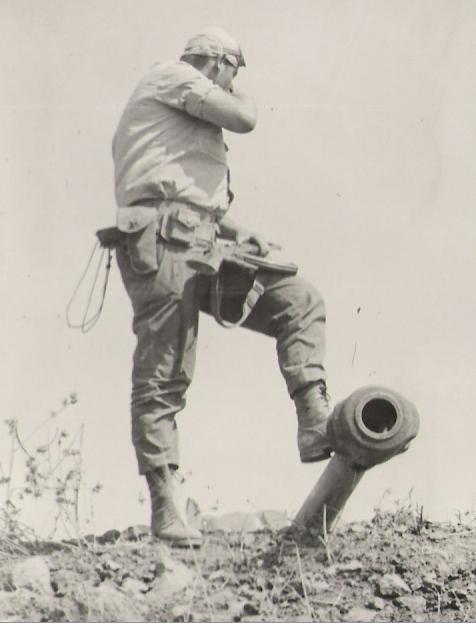 """נתי הורביץ [גולן], מ""""פ 129, עם אקדח, קלצ'ניקוב ורגל על טנק סורי"""