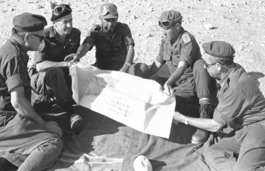 """אלוף בר-לב בחזית הדרום לצד ישראל טל ושייקה גביש. הקצינים מימין ומשמאל אינם מזוהים [תצלום מארכיון צה""""ל]"""