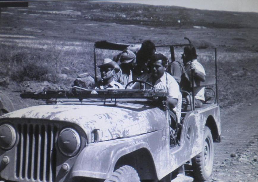 10 ביוני 1967, סיור ראשון ברמה שעוד לא נכבשה במלואה. יאנו טירולר נוהג בג'יפ ולצידו שר העבודה יגאל אלון