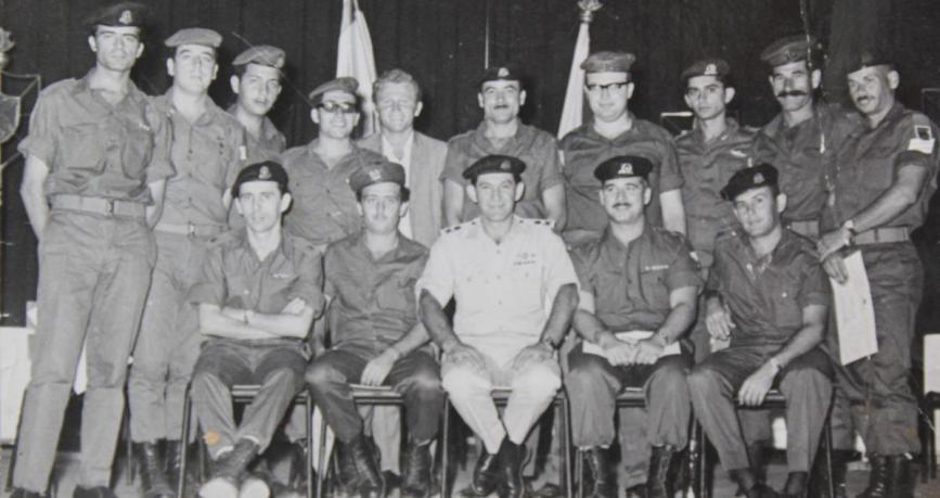 """מקבלי צל""""שים בפיקוד צפון ממלחמת ששת הימים בצילום למזכרת עם אלוף הפיקוד דוד אלעזר. הנדלמן עומד רביעי משמאל, עם חליפה"""