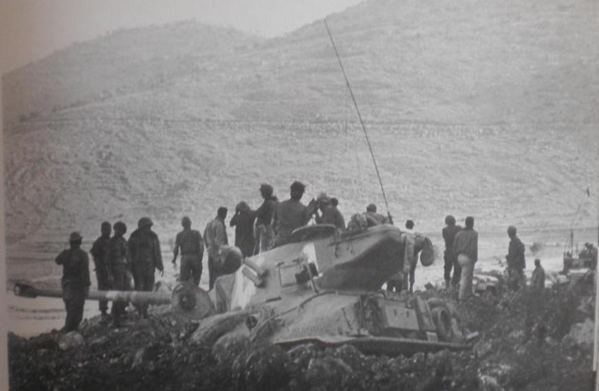 הטנק של גדוד 39 מחטיבה 45 שנתקע בבור יקוש בעלייה לבניאס ובשל כך נאלצה כל החטיבה לשוב על עקבותיה ולעלות דרך גבעת האם [צילום מספר החטיבה במלחמת ששת הימים]