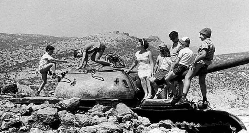 ילדים קופצים על טנק סורי פגוע [צילום: טוי קנונס]