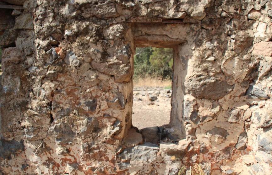 מבנה האבן ביעד הצפוני - החלון לכיוון דרום. המקום שעשה צרות צרורות לגולני בקרב תל פאחר