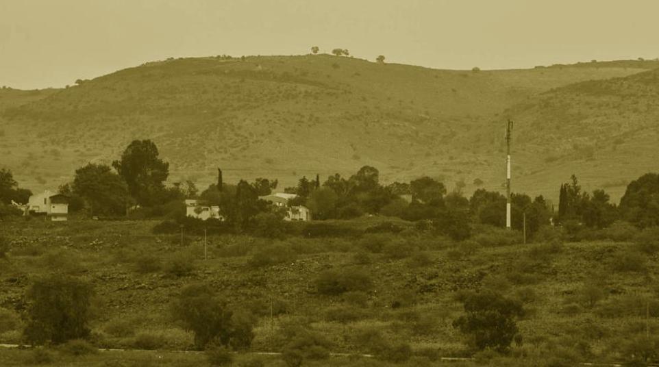 קיבוץ שמיר ומעליו הרמה הסורית לשעבר [צילום: יוסי עוז]