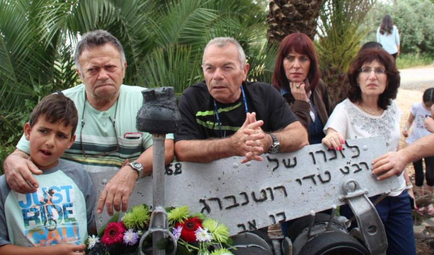 החברים ליד האנדרטה של תדי רוטנברג