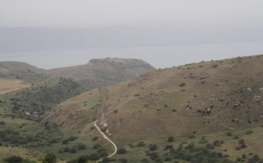 נוף אל גבעת הסוסיתא ממרפסת בניין הקצינים הסורים בפיק