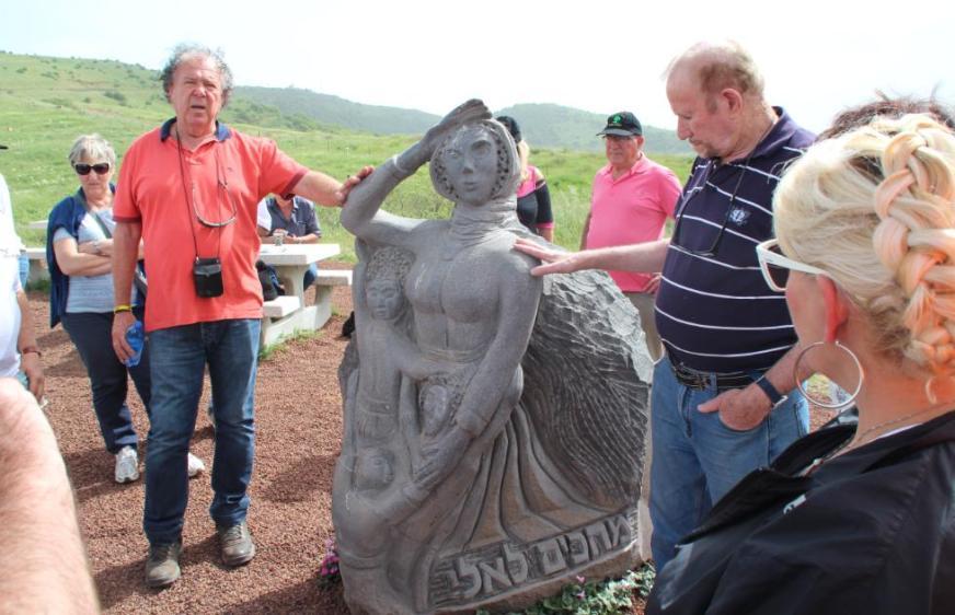 """פסל """"מחכים לאלי"""" של האלמנה נדיה וילדיה, מערבית לקונייטרה"""