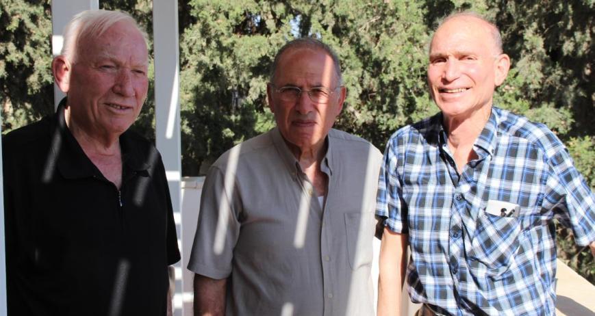 פגישה שכזאת. מימין: גדי שרלין, אהרון ורדי ושמיל גולן