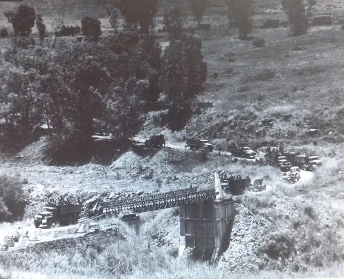 """יוני 1967. משאיות, חיילים וציוד חוצים את גשר בנות יעקב [ארכיון צה""""ל]"""