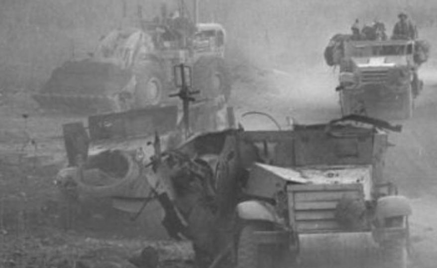 """שני זחל""""מי הנדסה וטרקטור שנפגעו ליד גבעת האם [צילום: ארכיון צה""""ל]"""