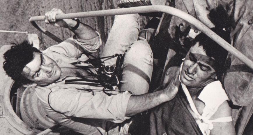 """9 ביוני 1967: עמי לב טוב שוכב חבוש בתאג""""ד, זמן קצר לאחר שנפצע קשה בזעורה [צילום: Gilles Caron מתוך הספר """"חרב שלופה""""]"""