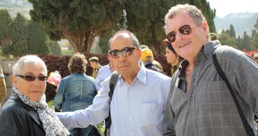 """יום הזיכרון 2015, זאב באום (מימין) ומרקי אסף עם אלמנתו של אמנון שוקרון, נהג זחל""""ם המחלקה המיוחדת"""