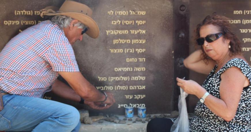 שרהל'ה וחיים סייג מדליקים נרות לזכרו של מיכאל