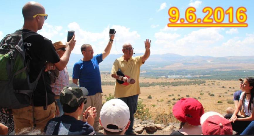 עמרם שטרית [בחולצה הצהובה] מסביר לתלמידים מבאר שבע מה עשה בקרב תל פאחר
