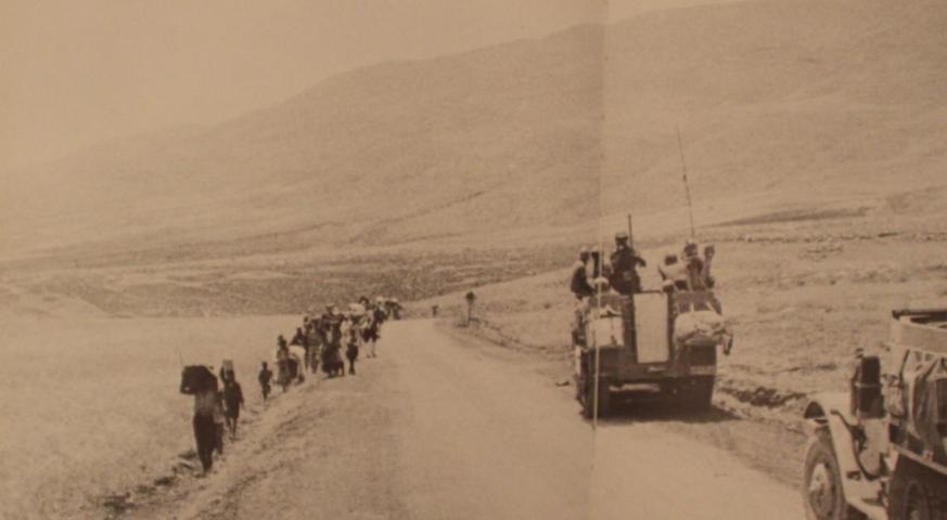 """פליטים מאיזור שכם וצפון השומרון בדרך לגשרי דמיה [צילום מתוך הספר """"שישה ימים"""" בהוצאת משרד הביטחון]"""