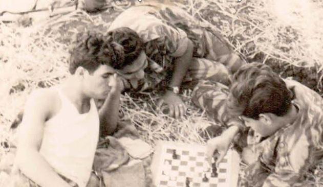 משחקים שחמט בגולני! מימין: טפלין, אנג'ליקוביץ' ועמיאל