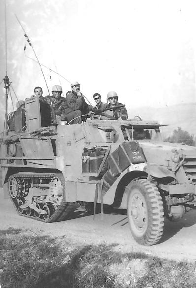 """זחל""""ם הפיקוד של גדוד 377. המג""""ד חינסקי בכובע מצחייה ניצב מקדימה"""