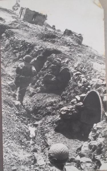 גולני בתעלה הצפונית ביעד הצפוני של תל פאחר מול בית הבזלת. צולם בשחזור הקרב