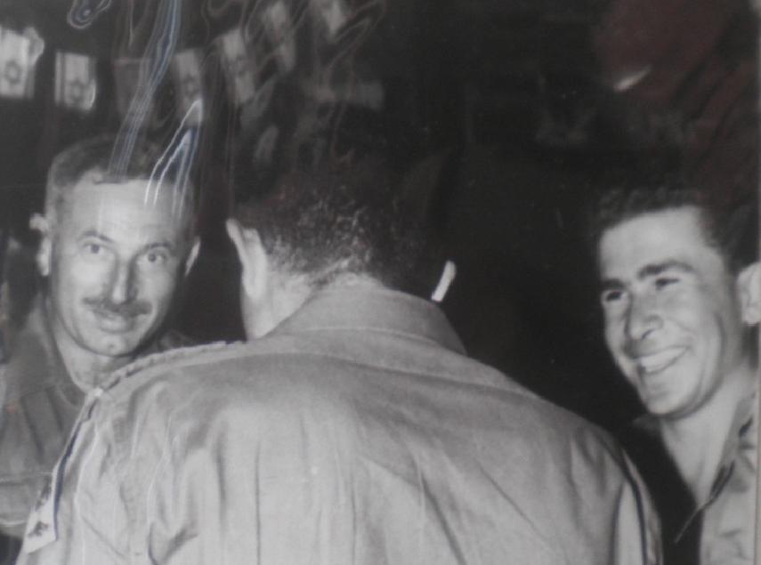 """מפקד הסיירת רובקה אליעז (מימין) עם המח""""ט יונה אפרת ב-1967"""