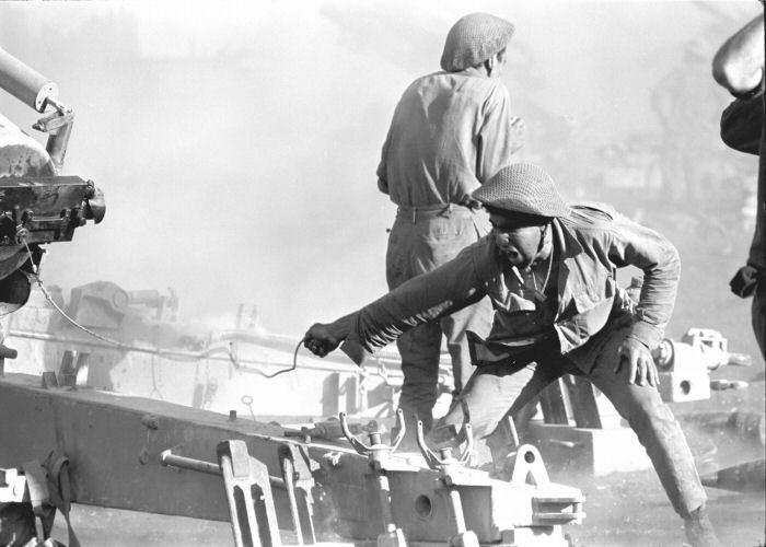 """גדוד תותחי 155 בפעולה לעבר יעדים סוריים [צילום: במחנה / ארכיון צה""""ל]"""
