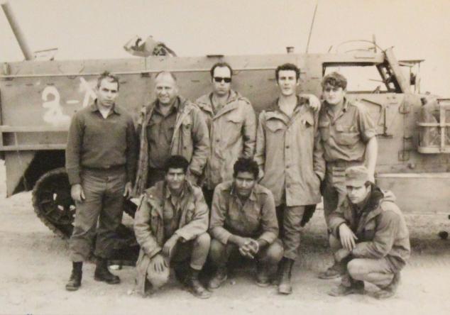 סרן אמנון ארז [במשקפי שמש] ואנשיו