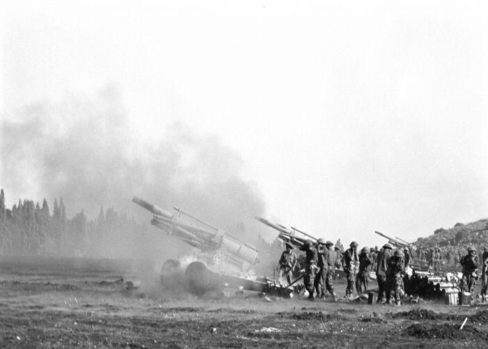 """גדוד תותחי 155 בפעולה על הרמה הסורית [צילום: במחנה / ארכיון צה""""ל]"""