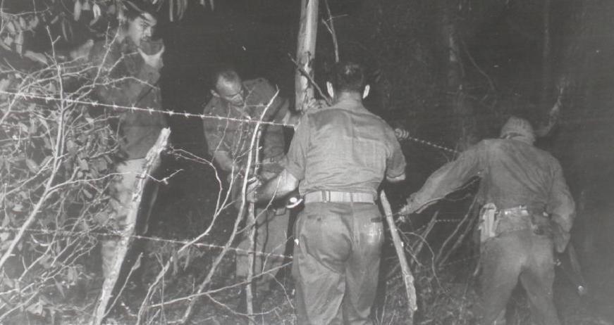 """מח""""ט 3, סא""""ל מנו שקד, בהכנת גדר באימון של גדוד 33 לפני המלחמה לתקיפת הרמה [צילום מאלבומו של מנו שקד]"""