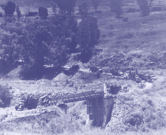 עשרות כלי רכב צהליים חוצים את גשר בנות יעקב