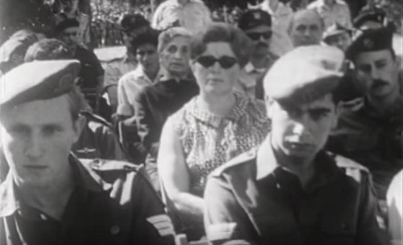 """ספטמבר 1967, ישראל הוברמן [משמאל] ליד אבי דרימר שבא לקבל את הצל""""ש של אחיו"""