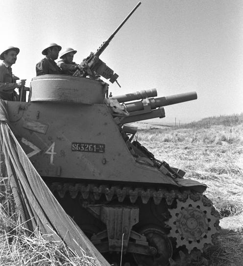 """תותח 105 """"פריסט"""" מגדוד 827 בצילום מתקופת הכוננות מאי 1967 [צילום: אסף קוטין]"""