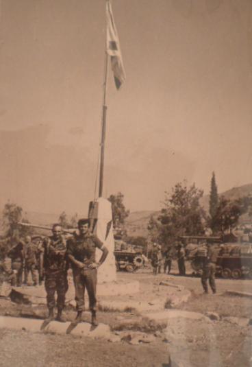 """המח""""ט יונה אפרת וסגנו משה גת ברחבת הדגל החדשה במחנה בניאס"""