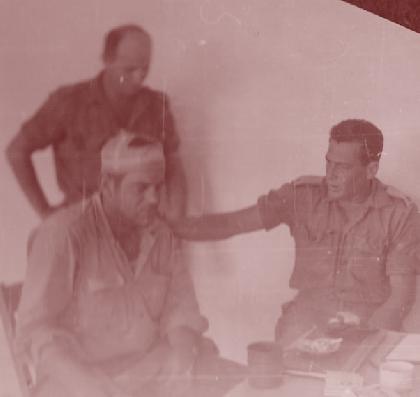 """ניצחו את קלע. קמ""""ן חטיבה 8 רס""""ן אביעזר יערי מניח יד על כתפו של נתי הורוביץ. מאחור: המח""""ט אלברט מנדלר"""