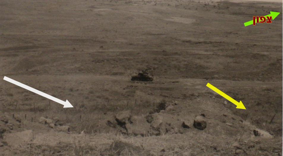 כך זה נראה מהיעד הצפוני של תל פאחר כלפי מערב. טנק ברוש שנפגע על הדרך הצמודה לגדרות ושתי האפשרויות שבהן תקף כוח תשבי חזיתית את היעד