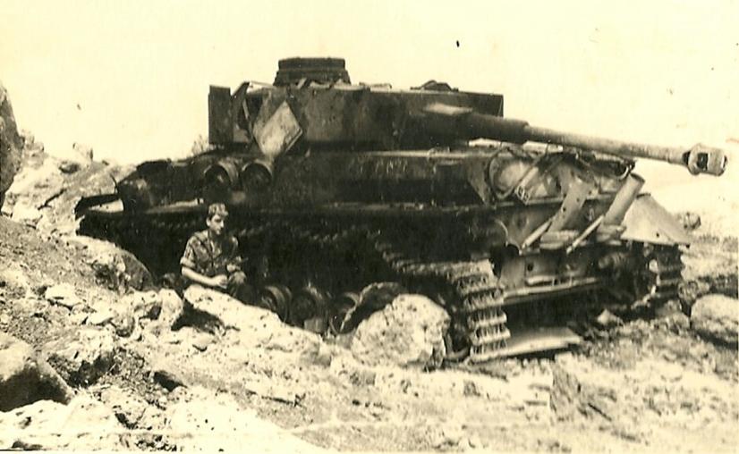 טנק הפנצר שהיה בתל עזזיאת. צילום למזכרת