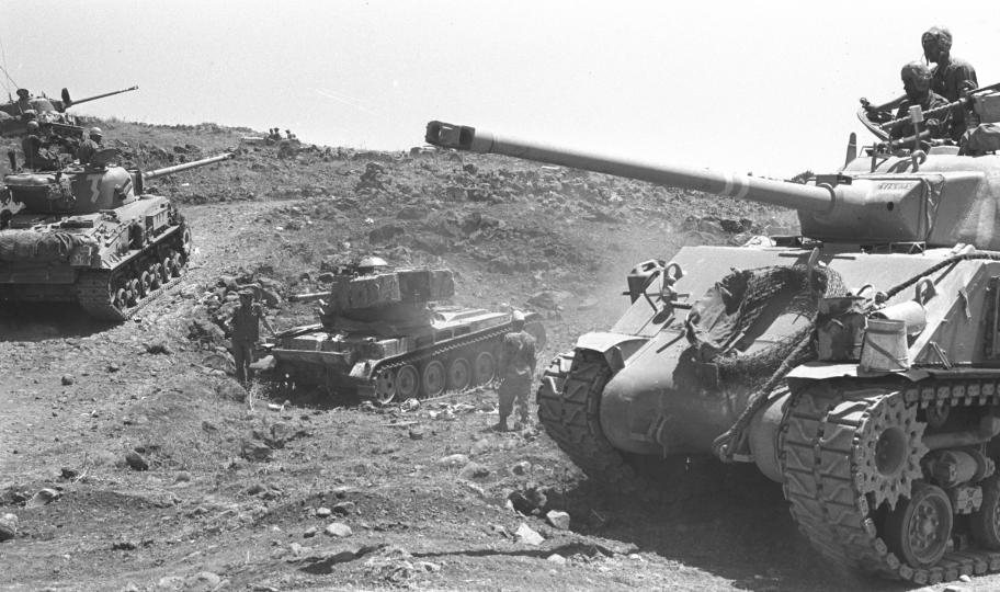 צומת האמ.איקס, יוני 1967. משמאל למעלה הטנק של יעקב העליון שנפגע בעת שהזדרז להגיע אחרי הטנק של ברוש (צילום: יהודה הראל)