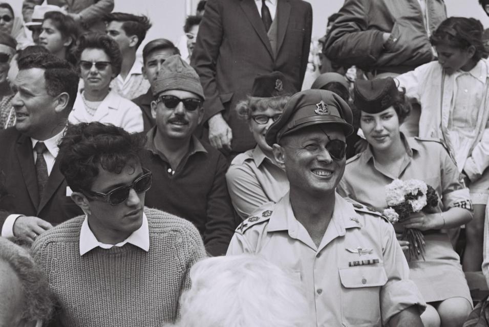 """משה דיין במצעד צה""""ל 1965 ליד בנו אסי דיין (צילום: פריץ כהן, לע""""מ)"""