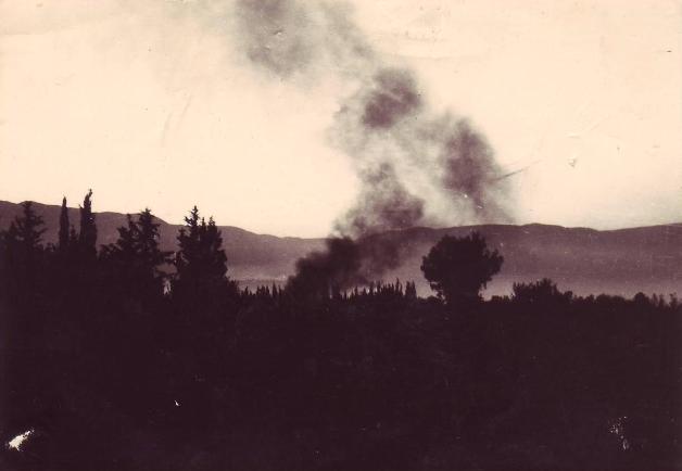 """עשן מיתמר מעל זחל""""ם סוללה א' שהתפוצץ עם שחר ה-10 ביוני 1967 בשדות קיבוץ דפנה (צילום: שרעבי)"""