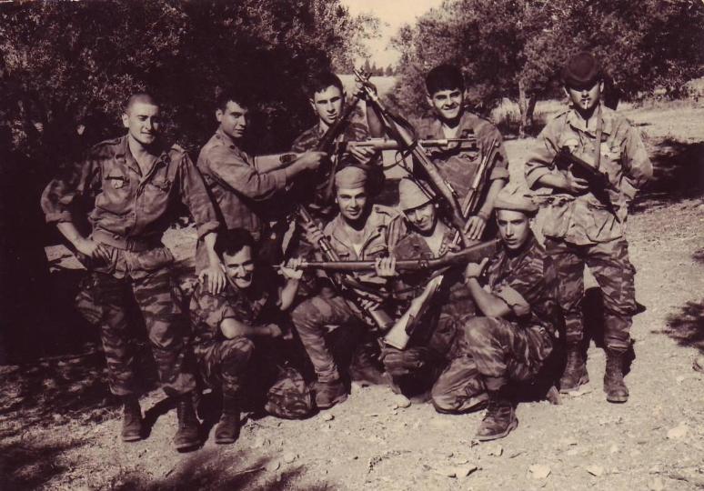 """מאי 1967, החבר'ה ממכמ""""ת 334 בפוזה ציונית במיוחד (אילן סימקה עומד משמאל)"""