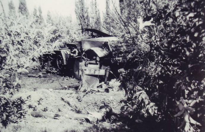 """שרידי זחל""""ם המרגמה שבו נהרגו פסקל והנדלר (צילום: שרעבי)"""