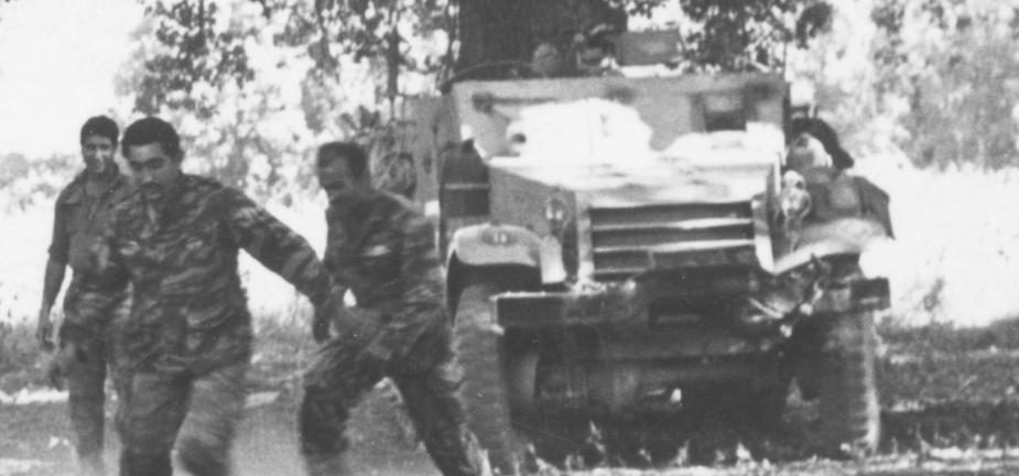 """יוני 1967, חורשת טל. זהו כנראה זחל""""ם מ""""פ זיווה מגדוד 377 שנפגע בתחילת הקרב על תל פאחר בדרך ההטיה [צילום: ארכיון צה""""ל]"""