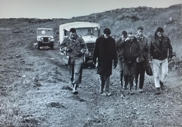 """מפקדי גדוד 129 עם אפרים ריינר בשטח [ארכיון צה""""ל]"""
