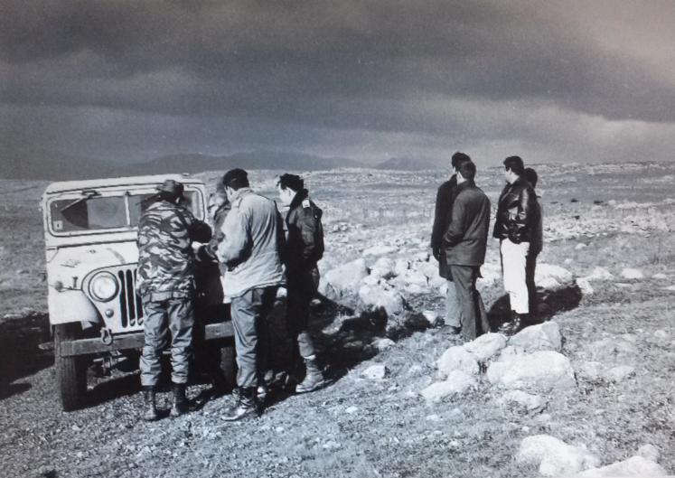"""מתוחקרי גדוד 129 (מימין) משקיפים על השטח, בעוד שהמתחקרים עם רישומים על מכסה הג'יפ [ארכיון צה""""ל]"""