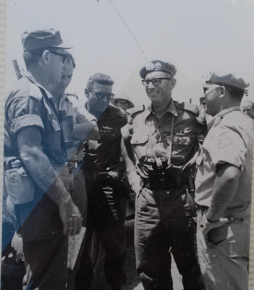 """מפקד הרמה הסורית אלוף אלעד פלד (משמאל) עם משקיפי האו""""ם וקציני צה""""ל (צילום: דוד מאסטרו)"""