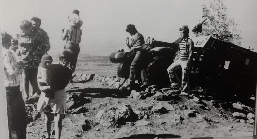 """תל פאחר 1969. מבקרים ליד הזחל""""ם בחלק הצפוני"""