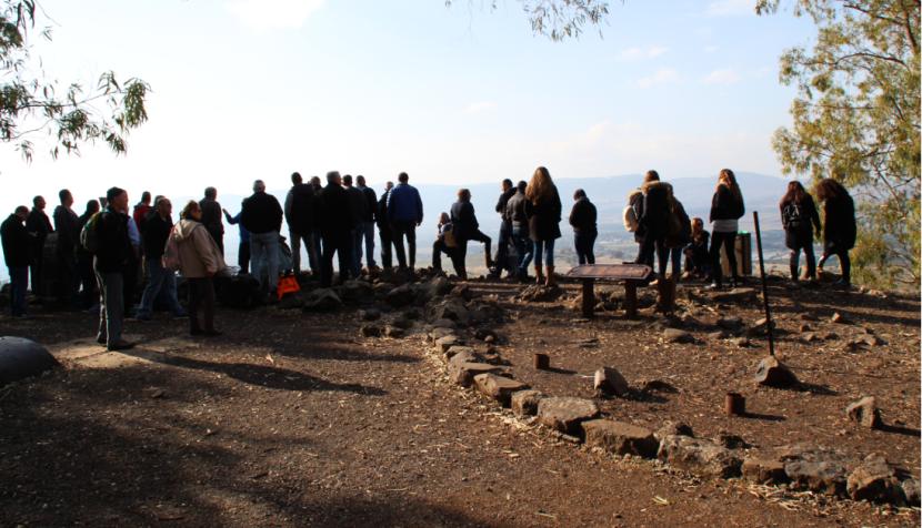 תל פאחר 2016. מבקרים מקשיבים לסיפור הקרב וצופים על העמק