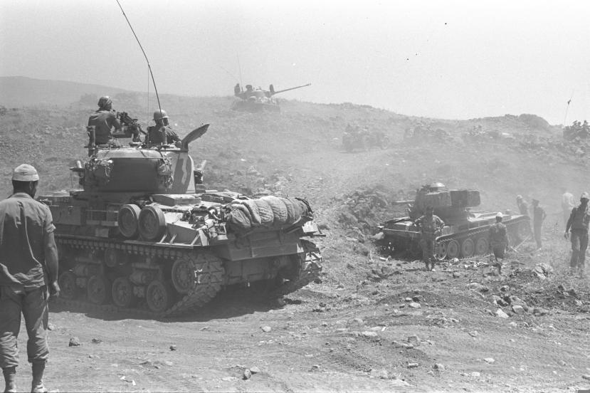"""טנקים ישראלים מתחת לתל פאחר [צילום: יהודה הראל, איש דובר צה""""ל ב-1967]"""