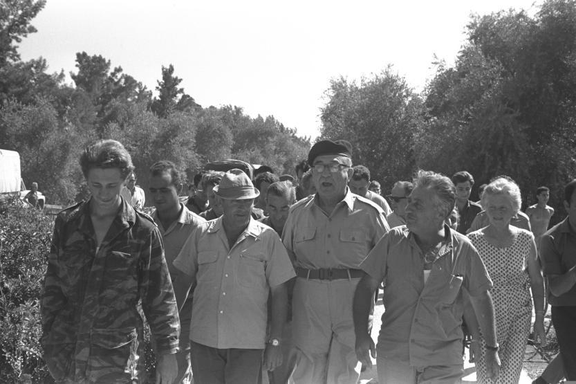 לוי אשכול מתקבל בחמימות בקיבוץ דן לאחר המלחמה